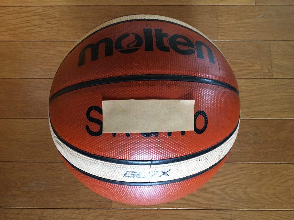 バスケットボールには名前を入れよう!