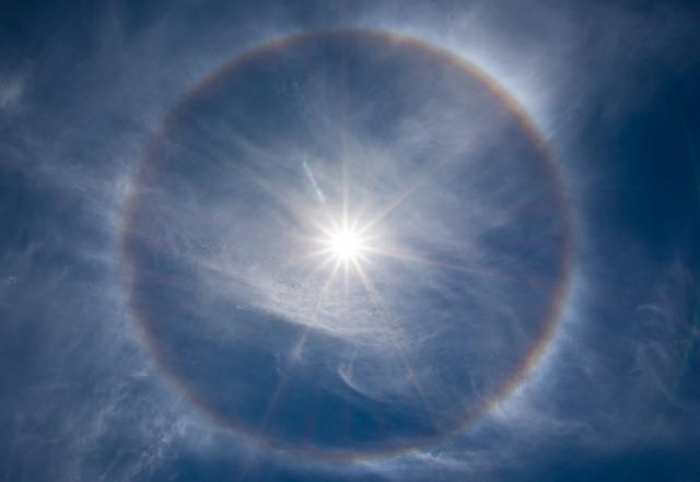 太陽の周りに見える輪